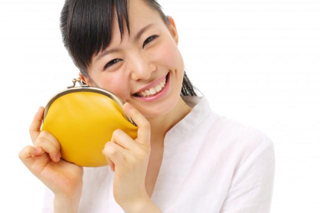 黄色いサイフと笑顔の女性