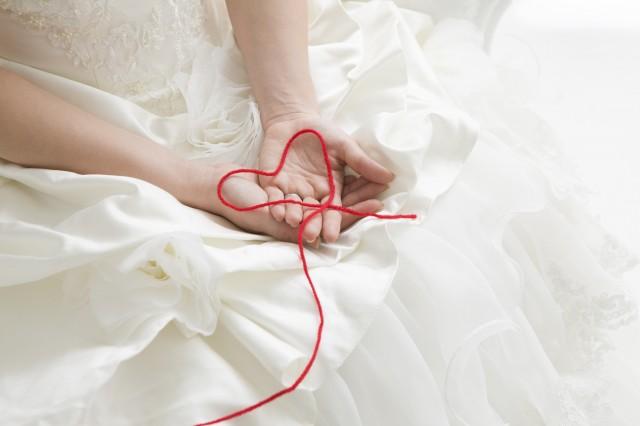 花嫁の手元と赤い糸