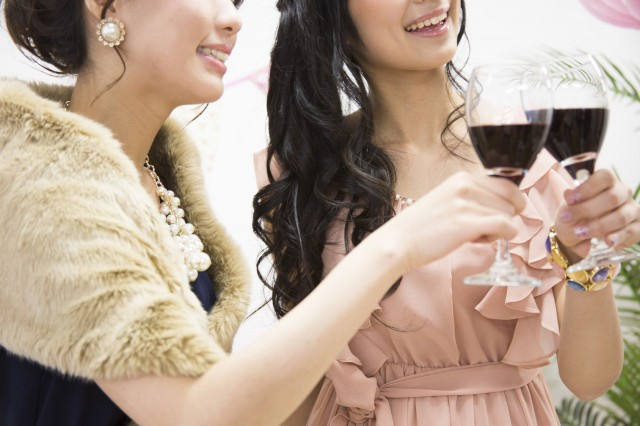 パーティーに参加する女性たち