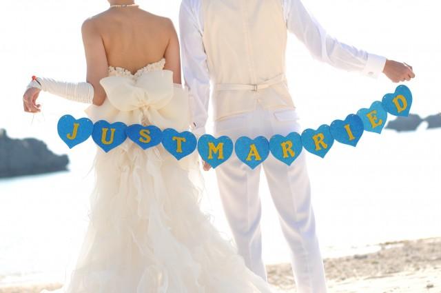 海辺に立つ夫婦
