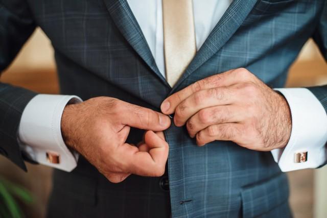 高級スーツを着こなすことでステータスを表すイメージ