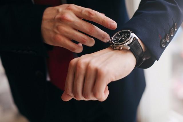 腕時計をしている男性の腕