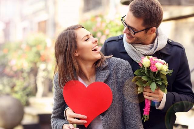 ハートを持って笑い合うカップル