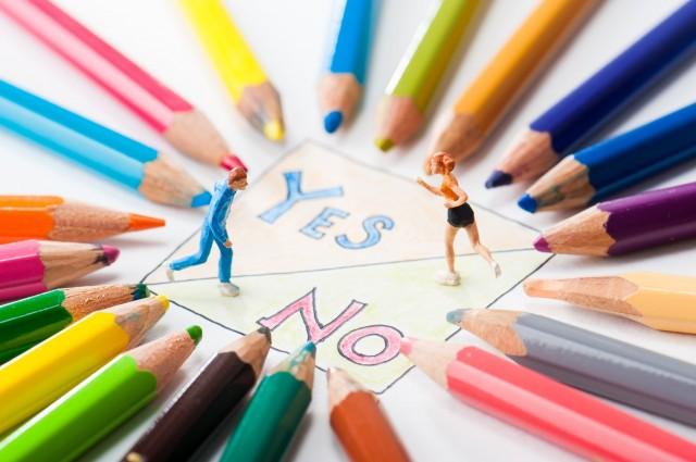 机に並ぶ色鉛筆