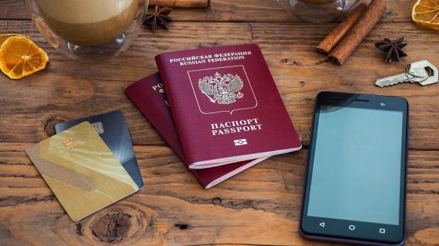 パスポートと共にお勧めのカード2枚を手に入れた様子