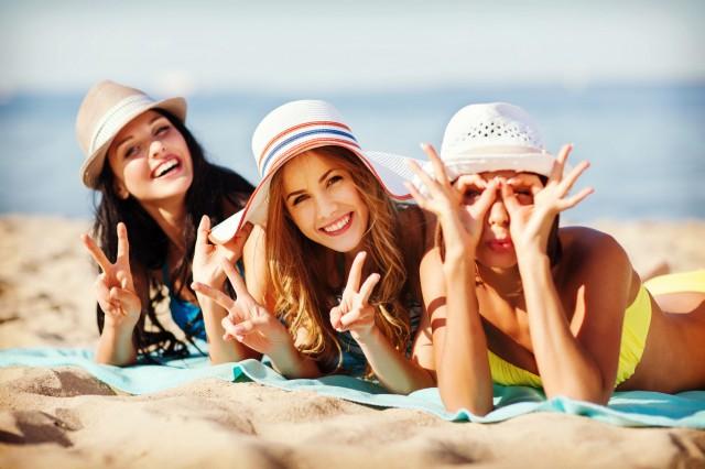 女同士でビーチで寝転がるグループ