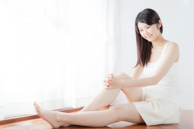 脚を見る女性
