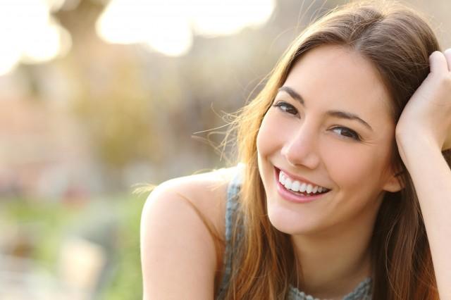 笑顔を浮かべる女性