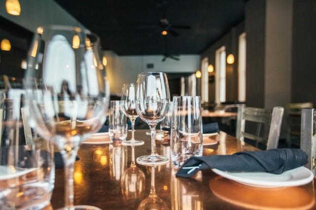テーブルセットに並ぶグラス