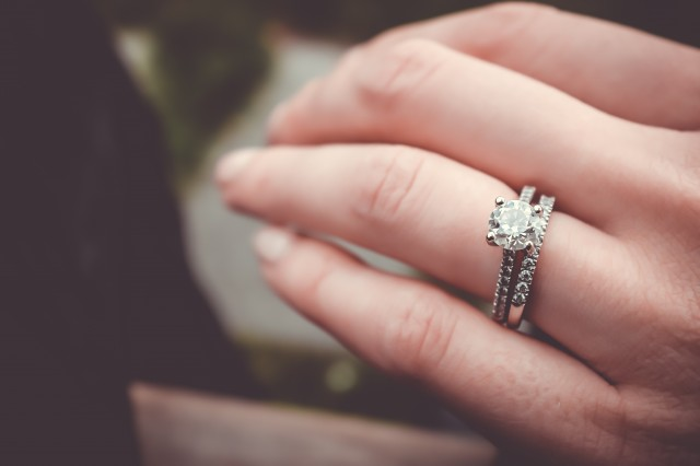 婚約指輪と結婚指輪は何が違うの?