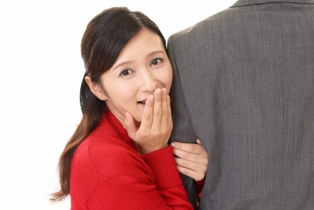 男性の腕を掴む女性