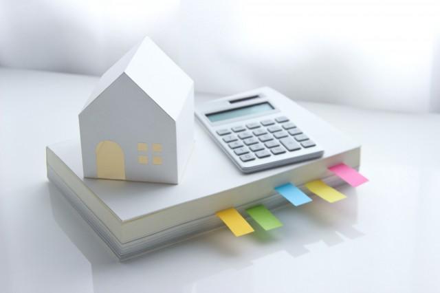 一人暮らしの家と仕送りを計算するイメージ