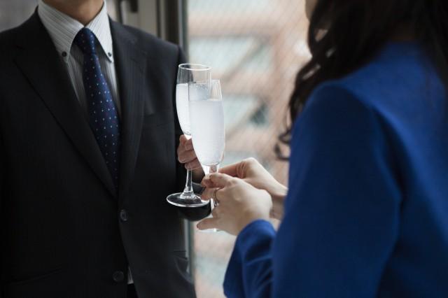 グラスを片手に持つ男女