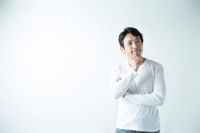 白いシャツの男性