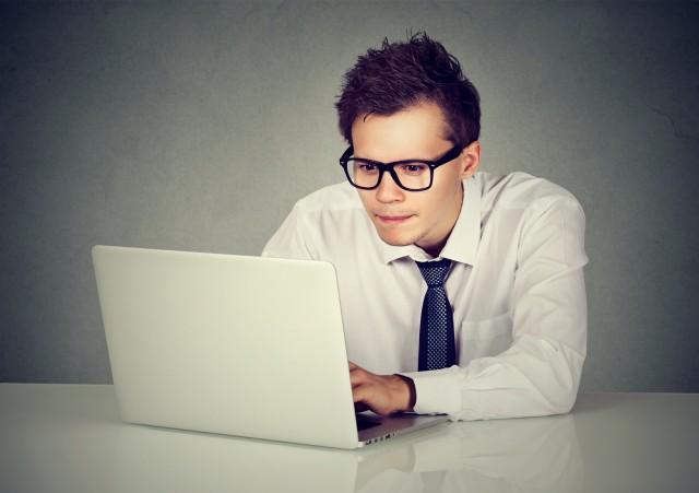 パソコンを睨む人