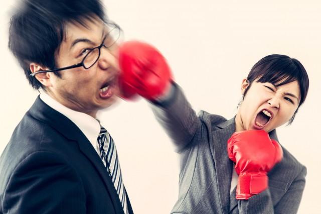 男性を殴る女性