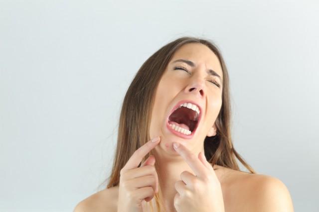 泣き叫ぶ女性
