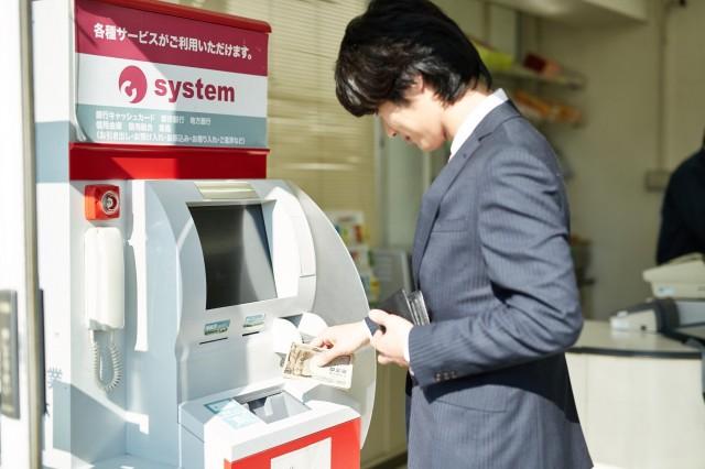 ATMで簡単に借り入れ・返済ができる様子