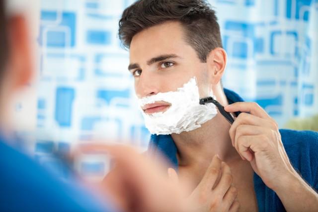 髭を剃る男性