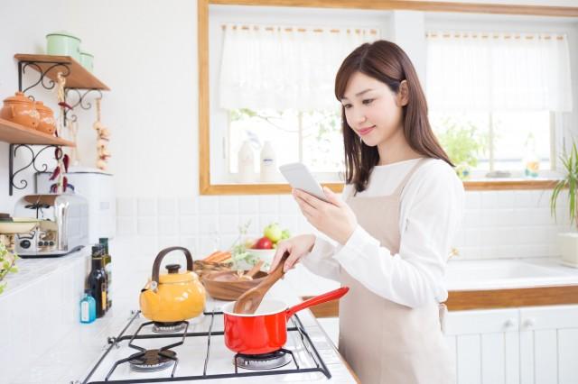 献立サイトを見ながら料理する様子