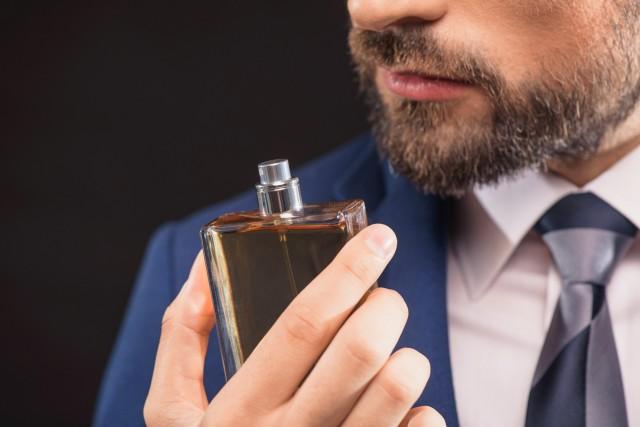 男性の口元と香水