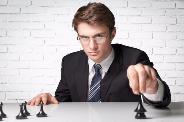チェスをする男性