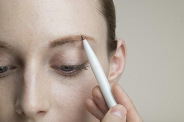 眉をメイクする女性