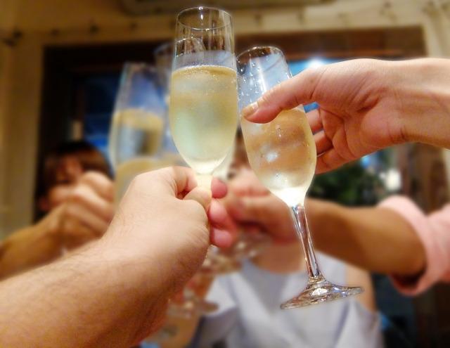 乾杯をする人々